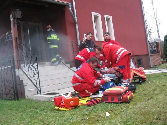 Właścicielka domu zatruła się tlenkiem węgla, podczas pożaru piwnicy. Mimo długiej reanimacji nie udało się uratować jej życia.