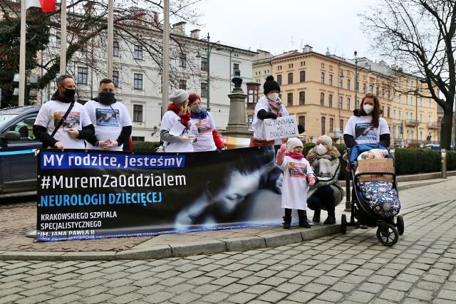 Rodzice dzieci cierpiących na schorzenia neurologiczne nie zgadzają się z decyzją dyrekcji o przeniesieniu oddziału Pediatrii i Neurologii Dziecięcej w Szpitalu im. Jana Pawła II w Krakowie. W środę w tej sprawie protestowali pod Urzędem Miasta Krakowa.