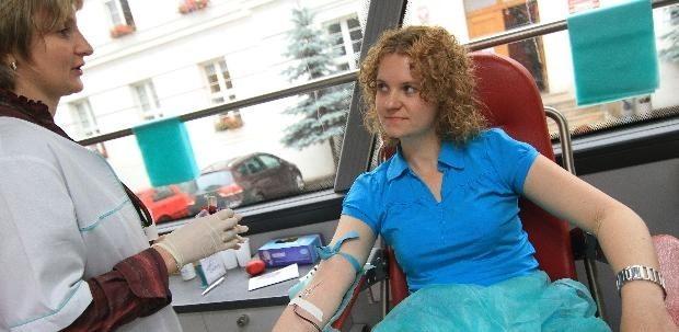Pani Magda oddała 450 ml krwi. Za co dostała pamiątkowy kubek i paczkę słodyczy