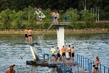 Na plażach zalewu Rejów w Skarżysku mnóstwo gości z całej okolicy. Miłośnicy plażingu wykorzystali ostatnie chwile pięknej pogody [ZDJĘCIA]