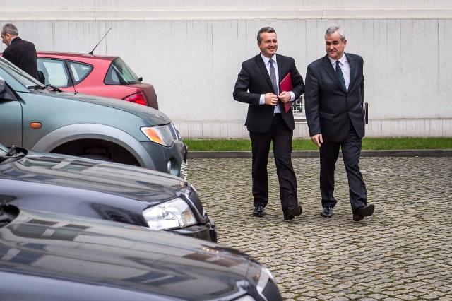 W flocie urzędu wojewódzkiego jest 15 aut, w tym nowy vw passat wojewody Bogdanowicza. Wszystkie z polisą