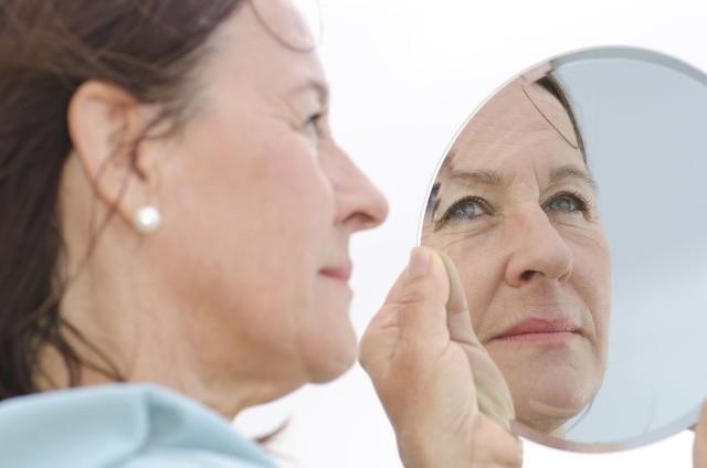 Kobiety po pięćdziesiątce wchodzą w okres menopauzy, co odbija się negatywnie na wyglądzie skóry.