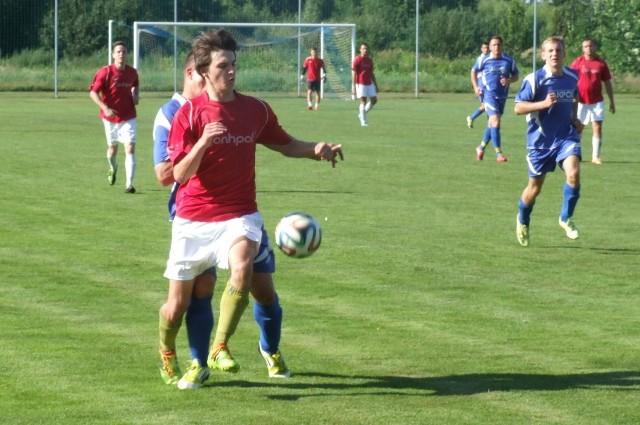 Przy piłce Sebastian Romek (Sosnowianka) atakowany przez Wojciecha Górala, stopera Niwy.