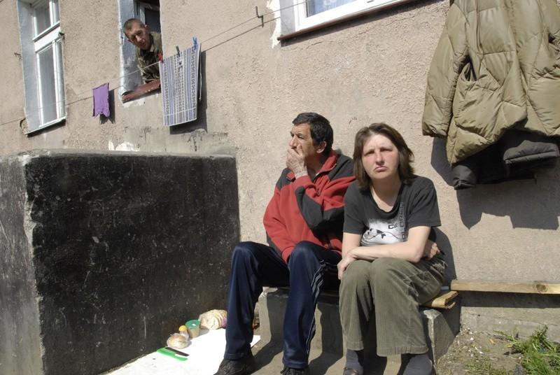 Bezdomni koczujący w bloku 62 przy ul. Piłsudskiego.
