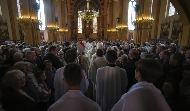 Każdej niedzieli miliony Polaków uczęszcza do kościoła, żeby uczestniczyć we mszy świętej. Wielu wiernych wie, jak się zachować w Domu Bożym, ale część zapomina o zasadach kościelnego savoir-vivre. Zobacz najgorsze zachowania wiernych w trakcie mszy świętej. Czy też tak się zachowujesz i masz grzech na sumieniu? Zobaczcie kolejne niewłaściwe zachowania, posługując się klawiszami strzałek na klawiaturze, myszką lub gestami.