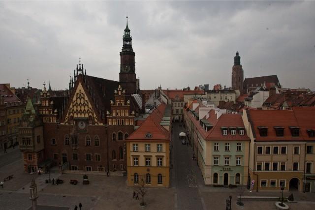 Zadłużone są wszystkie spółki miejskie, które w całości należą do miasta Wrocław. Łączny ich dług to około 1,4 mld zł. Jak przez ostatnie dwa lata zmieniło się zadłużenie miejskich spółek? Rekordzista w ciągu dwóch lat, od września 2018 r. do września 2020 r., zwiększył swój dług o kilkadziesiąt milionów złotych. Są też takie spółki, w przypadku których miasto wykazało znaczne zmniejszenie zadłużenia.Zobacz na kolejnych slajdach zadłużenie miejskich spółek - posługuj się myszką, klawiszami strzałek na klawiaturze lub gestami