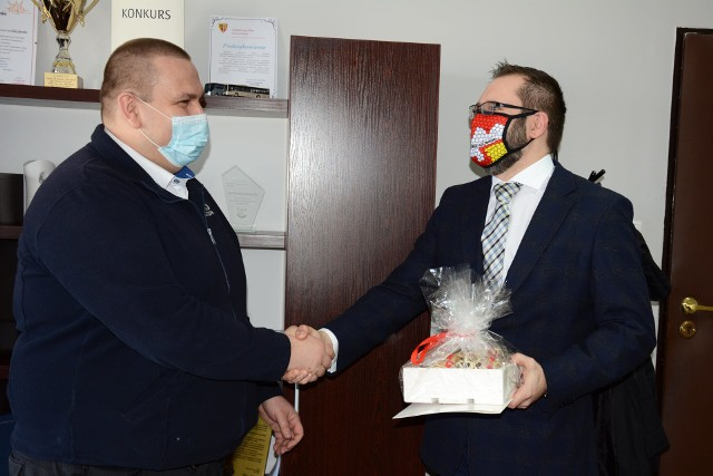 Kierowca PKS-u Kluczbork Przemysław Zalcman odbiera gratulacje.