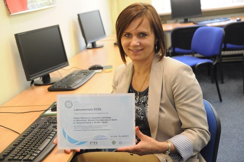 - Ten dokument uprawnia nas do przeprowadzania certyfikowanych egzaminów informatycznych - mówi Bożena Grębowiec.