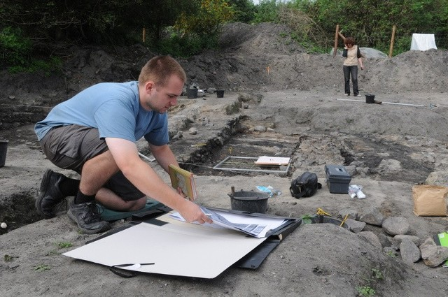Dokumentację wykopaliska prowadzi Krystian Chrzan, archeolog z Wrocławia. Za nim widać kamienną polepę, czyli podłogę budynku. Być może jest to kościół z X wieku.