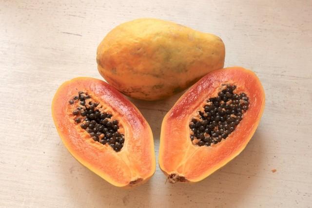Papaja - owocPapaja ma niejadalną skórkę, lecz jej miąższ jest smaczny i zdrowy. Pestki także można jeść, chociaż te są gorzkie.