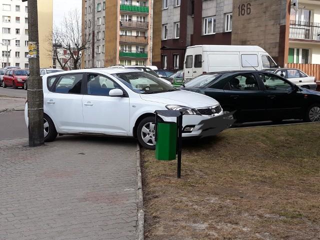 Prezentujemy kolejną porcję zdjęć wykonanych przez naszych Czytelników.Dziękujemy za nadesłanie zdjęcia. Jeśli widzisz podobną sytuację, sfotografuj ją i podziel się z nami swoją opinią. Koniecznie napisz gdzie i kiedy zostało zrobione zdjęcie. Czekamy pod adresem alarm@nowiny24.pl. Chodnik? Trawnik? Najwyraźniej kierowca tego samochodu ich nie zauważył. Tablice rejestracyjne na Podkarpaciu. Wiesz, z którego miejsca pochodzą? [QUIZ]
