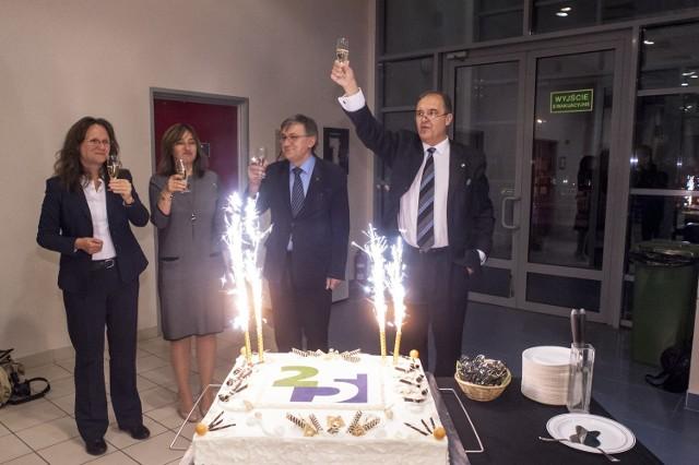 Urodzinowy tort i toasty - tylko raz świętuje się 25-lecie.