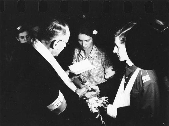 13 sierpnia odbył się najsłynniejszy ślub Powstania - Eugeniusza Biegi i Alicji Treutler. Gośćmi byli pacjenci powstańczego szpitala, za obrączki posłużyły kółka od firanek. Mundur pana młodego był pożyczony, a spod niego wystawała zagipsowana ręka. Prezenty ślubne były dość prozaiczne: mydło, skarpetki i naboje do pistoletu