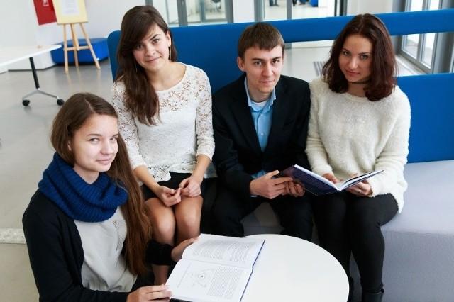 """Takich praktycznych zajęć, jakie mieliśmy na uczelniach, bardzo brakuje w szkole - mówią uczestnicy pierwszej edycji projektu """"Białostockie Talenty XXI wieku""""."""