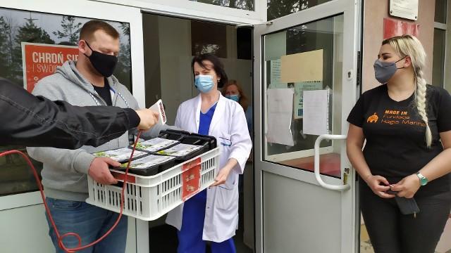 Patryk Panasiuk przekazuje świąteczne koszyczki personelowi szpitala zakaźnego w Białymstoku.