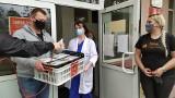 Białystok. Lekarze i pacjenci szpitala zakaźnego dostali świąteczne koszyczki. Rozdała je fundacja Hagia Marina