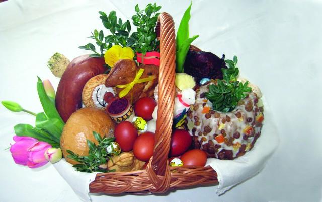 Zawartość koszyczka wielkanocnego i podawane potrawy mogą się różnić w zależności od tradycji danego regionu. Jednak w każdym zakątku Polski na świątecznych stołach zawsze znajdziemy jajka, chrzan, chleb i pyszne wędliny.