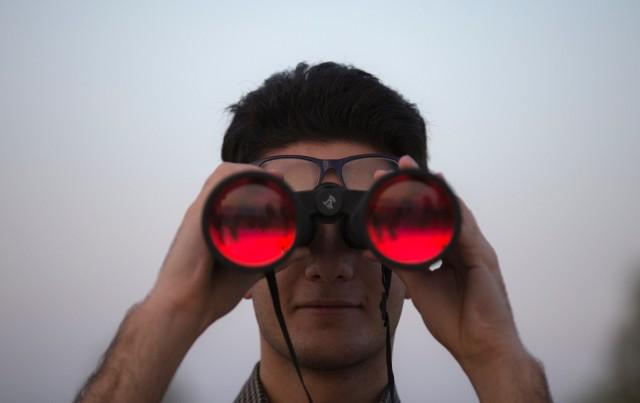 """Według raportu firmy Trenkwalder """"Rynek pracy oczami pracodawców"""" w najbliższych latach na polskim rynku może zabraknąć kilka milionów pracowników. Już teraz wiele firm ma spory problem, by znaleźć odpowiednich pracowników. Brakuje rąk do pracy oraz osób o wąskich kompetencjach i wysokich kwalifikacjach. Sprawdź na które stanowiska najtrudniej jest znaleźć pracowników. Źródło: Kodilla.com"""