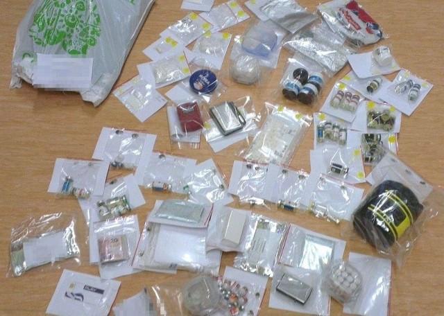 W pokojach akademika policjanci znaleźli ponad 560 tabletek ekstazy, ponad 150 gramów metaamfetaminy oraz MDMA.