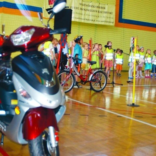 Dzieciom z Goniądza najbardziej spodobał się nowy skuter, na którym będą ćwiczyć bezpieczne zachowania na drodze