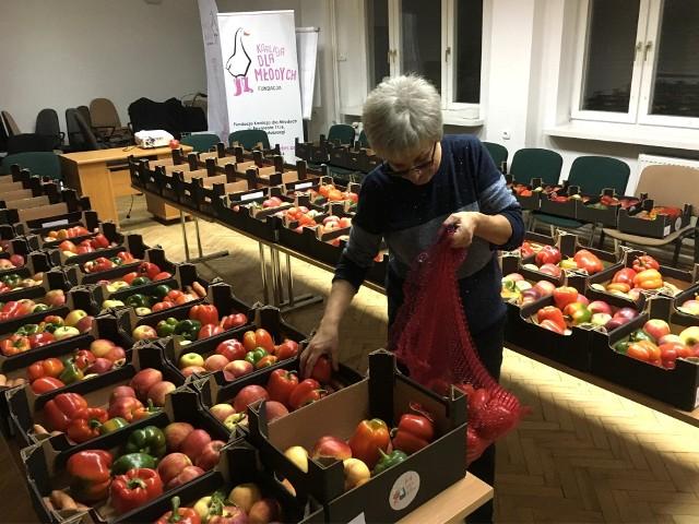 """W siedzibie """"Koalicji dla Młodych"""" szykowane są kolejne paczki z witaminami dla seniorów. Na zdjęciu Bożena Nowakowska z Fundacji."""