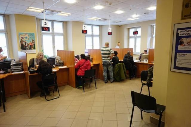 Podobnie, jak w siedzibie Poznańskiego Centrum Świadczeń, także w jego filii przy Małachowskiego mieszkańcy są zobowiązani po wejściu do budynków zdezynfekować ręce, założyć rękawiczki i maseczki. Klienci będą obsługiwani w wyznaczonych. Obsługa będzie się odbywać jeszcze przez długi czas w określonym reżimie nie tak, jak wcześniej co widać na zdjęciu