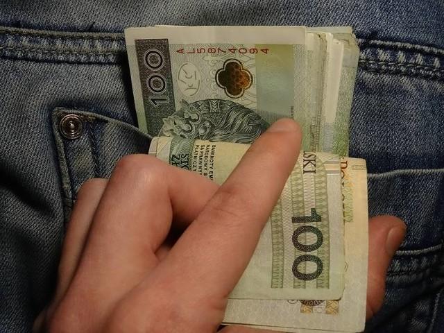 Wrocław: fałszowali dokumentacje w celu dokonywania wyłudzeń zwrotu podatku VAT, wyłudzili ponad milion złotych