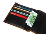 Banki chcą znowu wydawać tylko karty bankomatowe, którymi nie zapłacimy za zakupy. Relikt przeszłości wraca. Dlaczego?
