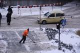 Śnieg na chodnikach. Kto powinien go uprzątnąć?