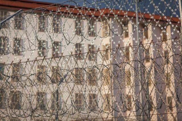 Funkcjonariusze Służby Więziennej podczas swojej pracy natrafiają na przedziwne znaleziska. Ostatnio niezwykłego odkrycia dokonali strażnicy z Aresztu Śledczego w Lublinie. Urocza kartka świąteczna od małego dziecka okazała się wykonana z silnego i bardzo uzależniającego narkotyku. Zobaczcie sami na następnym slajdzie!