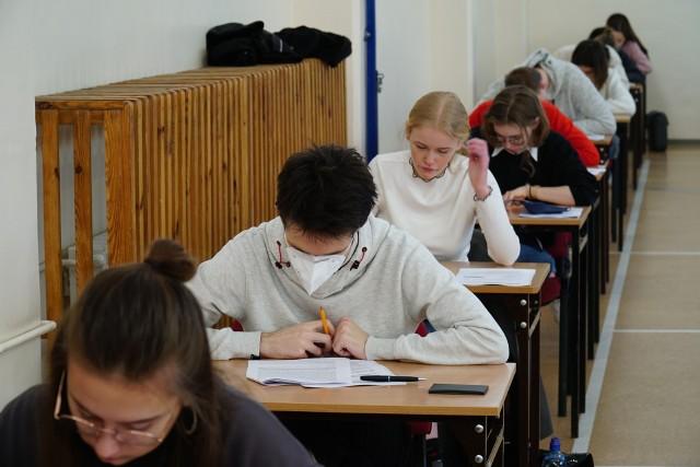 Wszyscy biorący udział w egzaminach, zarówno uczniowie, jak i nauczyciele oraz inni pracownicy szkoły muszą przestrzegać reżimu sanitarnego, który obowiązuje w związku z trwającą pandemią koronawirusa