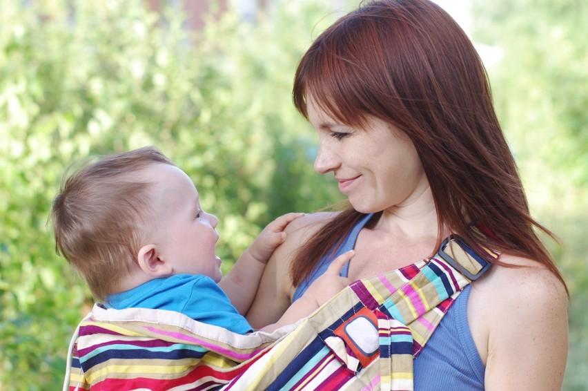 Jaką chustę do noszenia dziecka wybrać? Czytaj więcej
