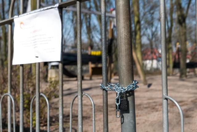 Zarząd Zieleni Miejskiej w Łodzi rozpoczął zamykanie parków, skwerów i wejść do Lasu Łagiewnickiego. To odpowiedź na wchodzące w życie 1 kwietnia nowe przepisy o przemieszczaniu się.CZYTAJ DALEJ NA NASTĘPNYM SLAJDZIE