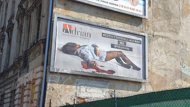 """W Łodzi – np. przy ul. Północnej, ul. Legionów i ul. Limanowskiego - pojawiły się szokujące billboardy przedstawiające młodą kobietę ubraną tylko w rajstopy i białą koszulę leżącą w kałuży krwi wypływającej z jej nadgarstka. Umieszczony obok napis głosi """"Wszyscy słyszeli, ale nikt nie wysłuchał"""".O co chodzi? Czytaj dalej"""