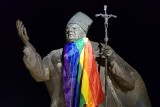 Tęczowa flaga na pomniku papieża Jana Pawła II w Dębicy