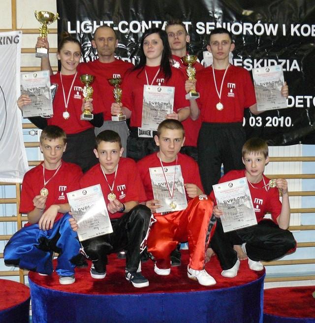 Zawodnicy Diamentu (na zdjęciu z trenerem Jerzym Pilarzem) świetnymi startami w MP Południowej, przygotowują się do majowych mistrzostw Polski w Elblągu.