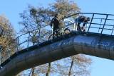 We Wrocławiu trwa remont mostu. Ludzie nad rzeką przechodzą po rurze