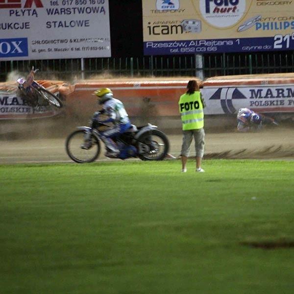 W 15. wyścigu groźnie upadł Nicki Pedersen. Duńczyk wylądował na bandzie doznając na szczęście tylko niegroźnego rozcięcia powieki.