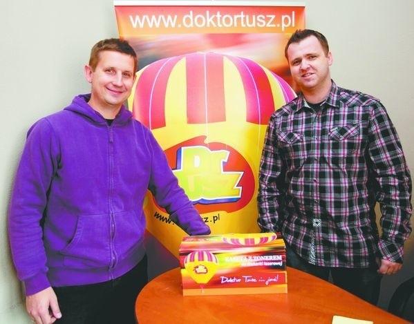 Im się udało. DrTusz - chcieli być niekonwencjonalni.Marcin Janczewski (z prawej) i Grzegorz Drągowski pracują ze sobą od lat. Podział obowiązków wyszedł im bardzo naturalnie. Pan Marcin zajął się obsługą informatyczną firmy, pan Grzegorz – głównie sprawami kadrowymi.