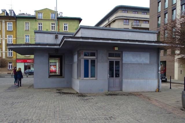 Na najemcę czeka m.in. ponad 10-metrowy lokal z sanitariatem na placu Bohaterów Getta 10. Ma instalację elektryczną, wodociągową, grzejniki, termę.