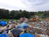 Pożar składowiska odpadów w Szymiszowie. 10 zastępów gasiło płomienie [ZDJĘCIA]