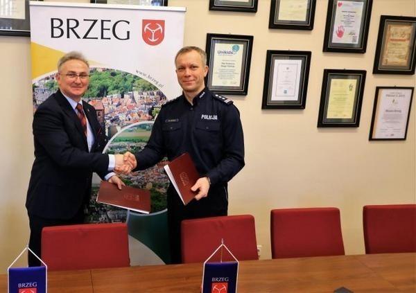 Porozumienie w sprawie dodatkowych patroli podpisali insp. Zbigniew Dychus, komendant powiatowy policji w Brzegu oraz burmistrz Jerzy Wrębiak.