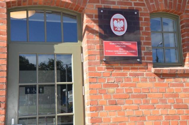 Filia Wydziału Komunikacji i Transportu Starostwa Powiatowego w Poznaniu mieści się w budynku dworca kolejowego w Czerwonaku