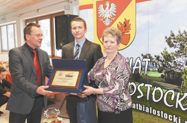 Nasze gospodarstwa nagrodzone za estetykęMariusz Wnorowski (w środku) ma najładniejsze i najbezpieczniejsze gospodarstwo w powiecie białostockim