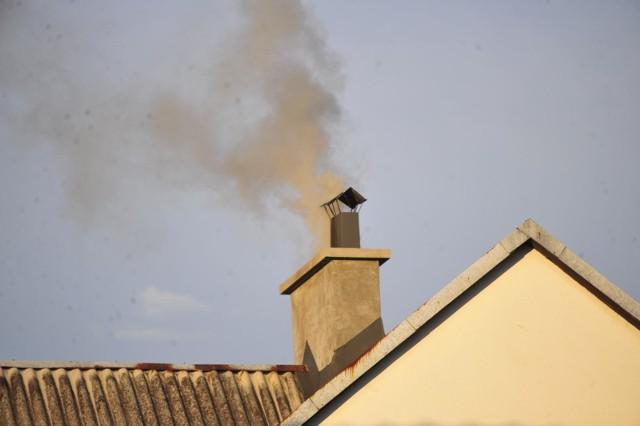 Straż Miejska wystawia mandaty za palenie w piecach w Krakowie.