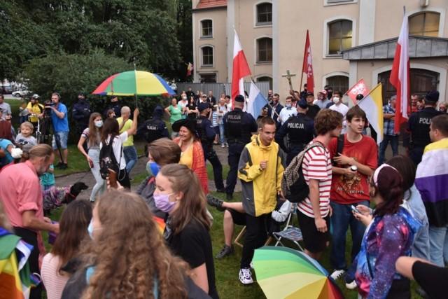 Chociaż na miejscu tęczowego pikniku pojawili się także m. in. przeciwnicy LGBT, nie doszło do żadnych przepychanek. Zobacz więcej zdjęć ---->