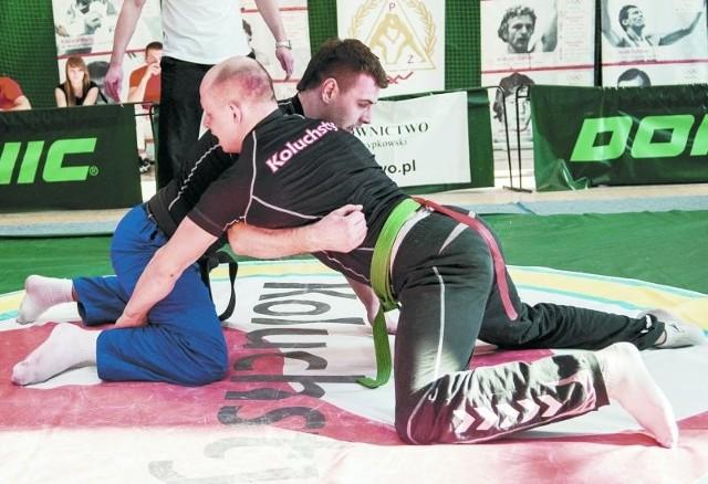 Dariusz Ryżykow z Podlasia Białystok (z prawej) w finałowej walce w kategorii do 82 kg z Patrykiem Pietrzeniakiem