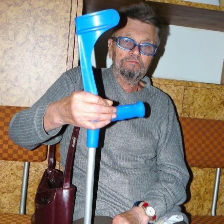 - Nie dam rady zejść z górki, a kilka razy w miesiącu muszę jeździć autobusem do szpitala. Muszę wydzwaniać do opieki społecznej, żeby mnie podwieźli - żali się Hubert Piechota.