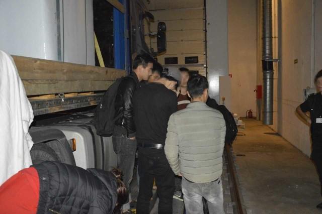W nocy z wtorku na środę (15/16 sierpnia br.) funkcjonariusze podlaskiej KAS zatrzymali do kontroli tira na łotewskich numerach rejestracyjnych. Zgodnie z przedstawionymi przez 43-letniego kierowcę z Łotwy dokumentami, w ciężarówce miał znajdować się ładunek torfu. Po otwarciu naczepy okazało się, że pod plandeką, pomiędzy opakowaniami z torfem ukrywa się 10 osób o azjatyckich rysach twarzy. Nielegalnie podróżujących cudzoziemców przekazano funkcjonariuszom Straży Granicznej w Rutce-Tartak, którzy przejęli sprawę w ramach kontroli legalności pobytu.