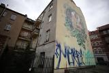 """Katowice. Mural Krystyny Bochenek zniszczony. Dopiero powstał, a wandale postanowili już go """"ozdobić"""""""